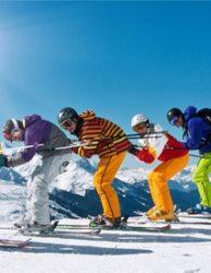 Winterurlaub Gruppe Skifahrer in Abfahrtshocke