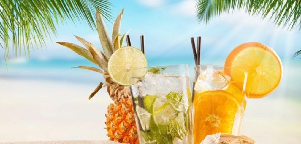 Cocktail-unter-Palmen-am-Sandstrand